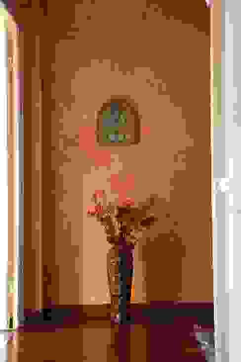 Classic style corridor, hallway and stairs by Colori nel Tempo - decorazioni pittoriche Classic