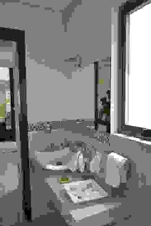 Medio baño Baños de estilo moderno de ANTARA DISEÑO Y CONSTRUCCIÓN SA DE CV Moderno Mármol