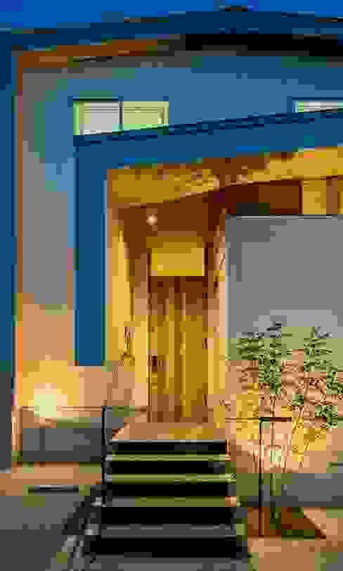 t邸 - 包み込む - モダンスタイルの 玄関&廊下&階段 の Ju Design 建築設計室 モダン