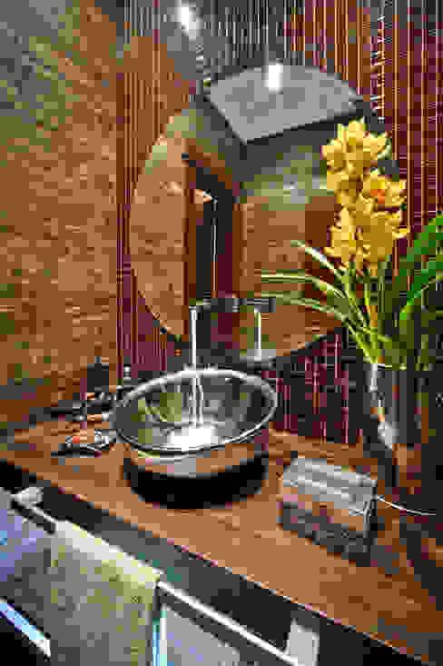 BANHEIRO DE CASAL Banheiros modernos por arquiteta aclaene de mello Moderno Madeira maciça Multi colorido