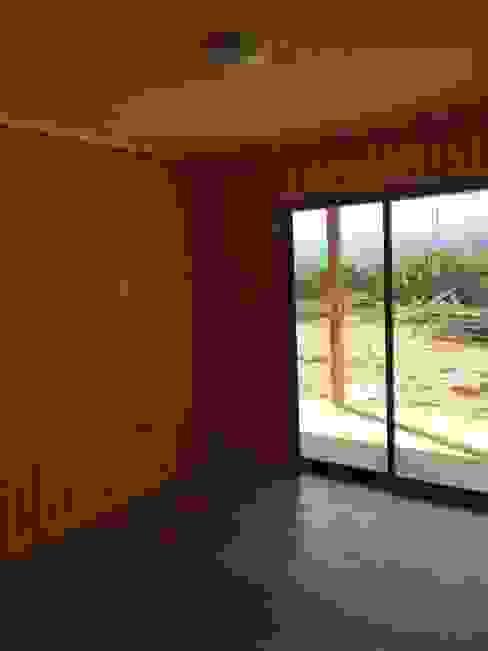 """PROYECTO """"OLIVARES-TUCHNER"""" CONSTRUCTORA RIO MAYER SPA Dormitorios de estilo rústico Madera Acabado en madera"""
