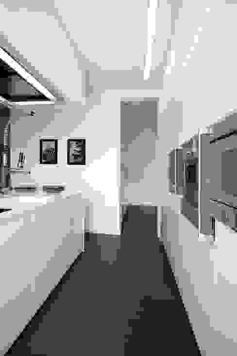 Modern kitchen by Daniela Nori Modern