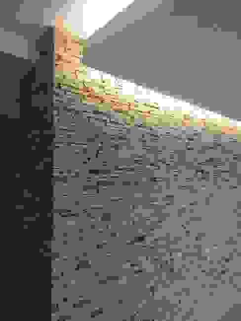 Salón principal MARATEA estudio Salas de estilo minimalista Piedra Gris