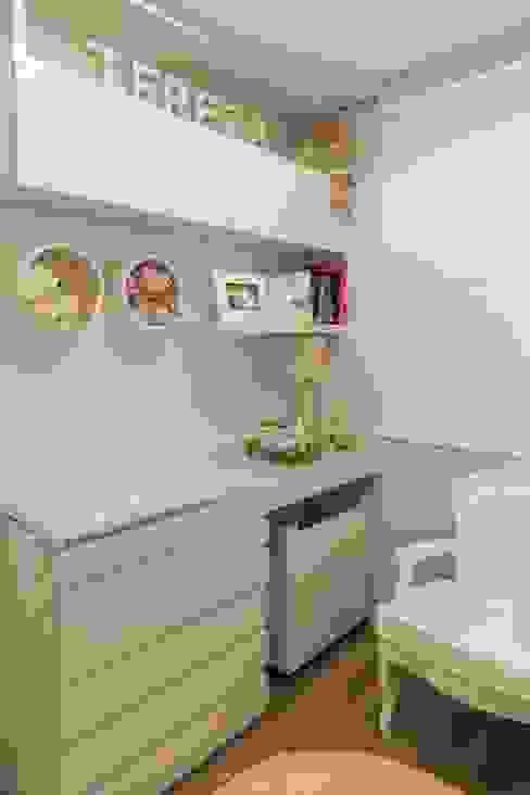 Detalhe da bancada de apoio e cadeira de amamentação Mímesis Arquitetura e Interiores Quarto infantil clássico Derivados de madeira Branco