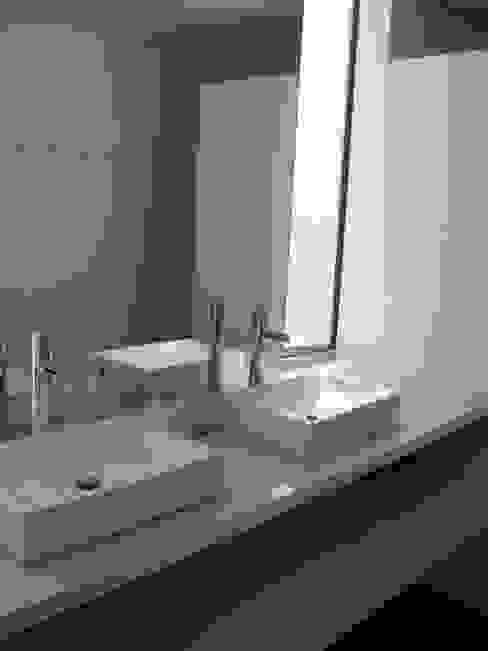 Casa Infanti Baños de estilo minimalista de Claudia Tidy Arquitectura Minimalista Cerámico