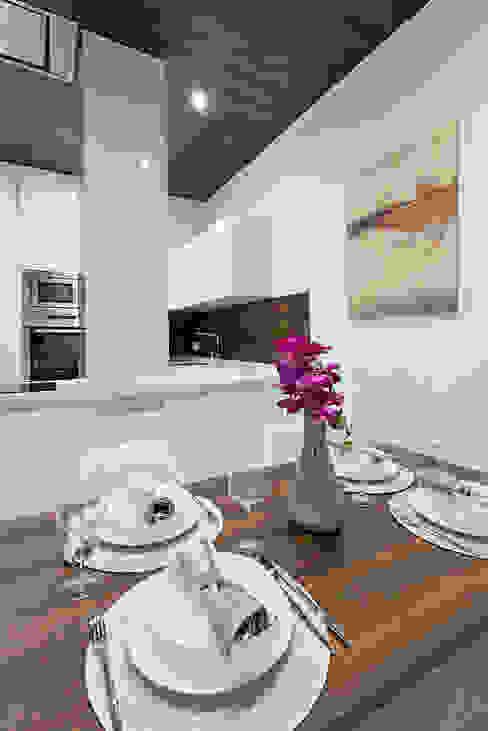 Sala da pranzo minimalista di PL Architecture Minimalista