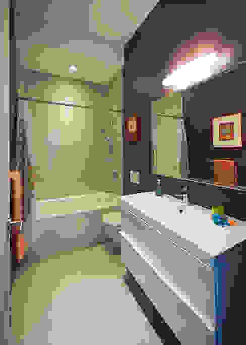 Elgin Loft Modern bathroom by Solares Architecture Modern
