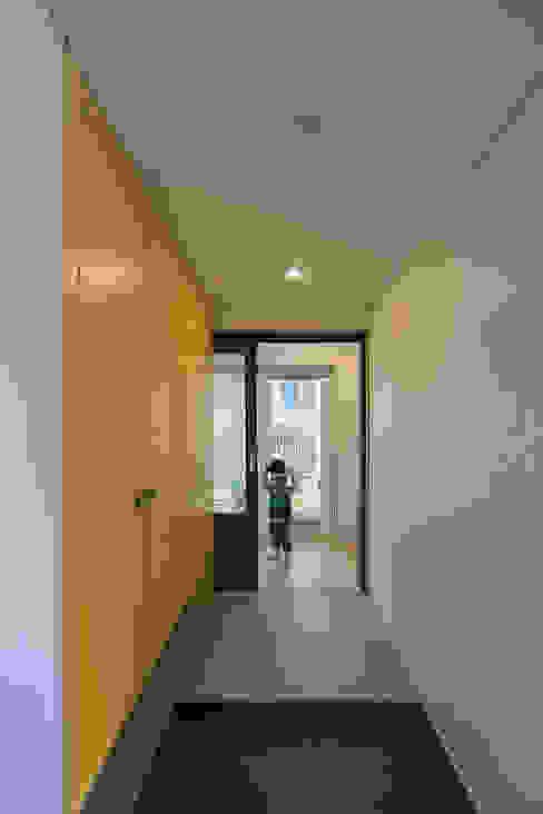 Paredes y pisos de estilo moderno de 소하 건축사사무소 SoHAA Moderno