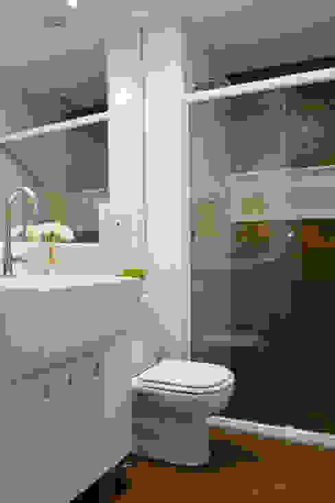 Baños de estilo moderno de Studio MAR Arquitetura e Urbanismo Moderno Cerámico