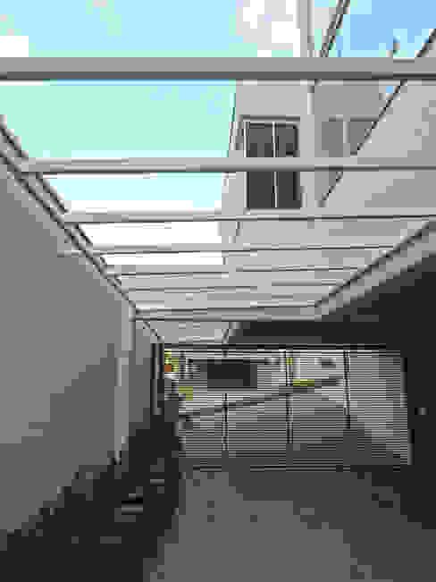 Garajes y galpones de estilo moderno de ILHA ARQUITETURA Moderno