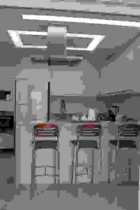 مطبخ تنفيذ Arquiteta Bianca Monteiro, حداثي سيراميك