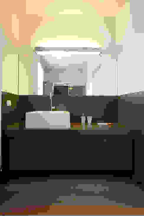 Baños de estilo moderno de Daniela Nori Moderno