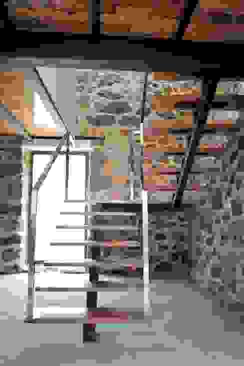 Escalera Pasillos, vestíbulos y escaleras de estilo moderno de Anxo Sánchez, arquitecto Moderno Madera maciza Multicolor