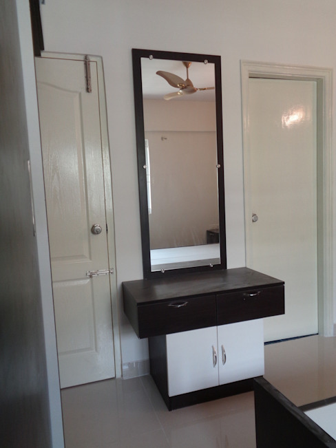 Dressing Table with Mirror Designs India:  Dressing room by Scale Inch Pvt. Ltd.