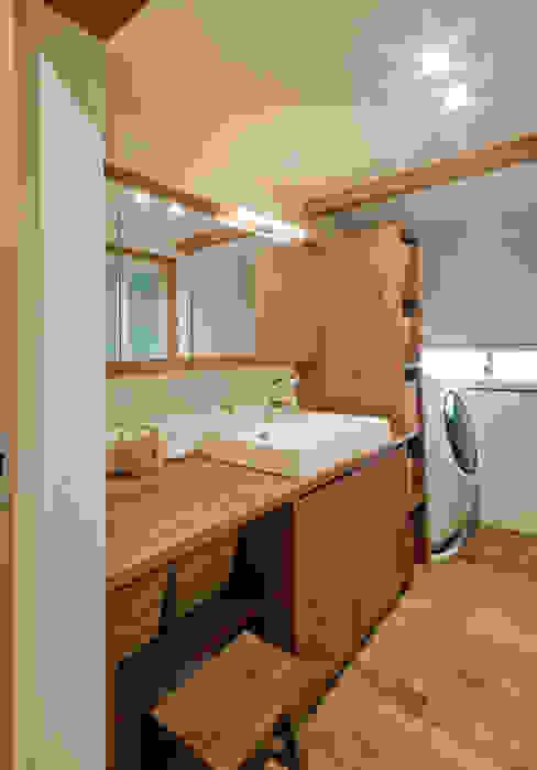 洗面家具はオーダーです。 FrameWork設計事務所 北欧スタイルの お風呂・バスルーム