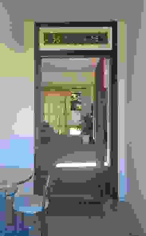 Puertas y ventanas de estilo rústico de homify Rústico Madera maciza Multicolor