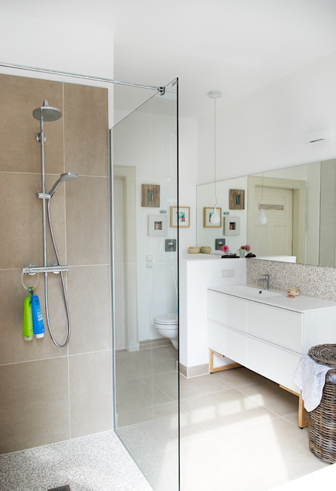 Leichtes, luftiges Wohlfühlbad in sanften Farben Skandinavische Badezimmer von Birgit Knutzen Innenarchitektur Skandinavisch