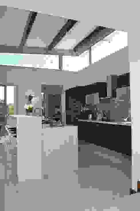 Ballito House KZN:  Kitchen by Karel Keuler Architects, Modern