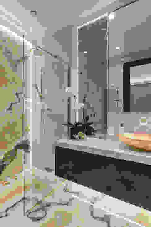Теплые оттенки мрамора и оникса в интерьере резиденции в Ницце. Ванная комната в эклектичном стиле от NG-STUDIO Interior Design Эклектичный