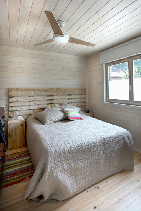 Minimalist bedroom by RUSTICASA Minimalist Wood Wood effect