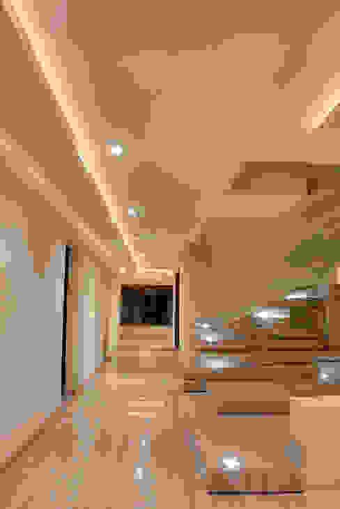 Escalera decorativa Pasillos, vestíbulos y escaleras modernos de homify Moderno