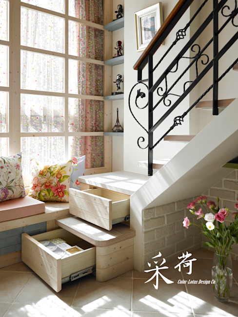 Pasillos, vestíbulos y escaleras rurales de 采荷設計(Color-Lotus Design) Rural Madera maciza Multicolor