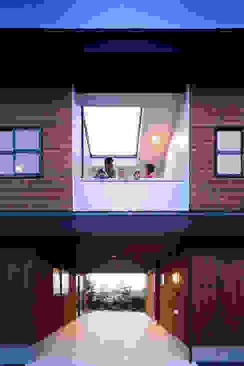 一級建築士事務所シンクスタジオ 에클레틱 발코니, 베란다 & 테라스