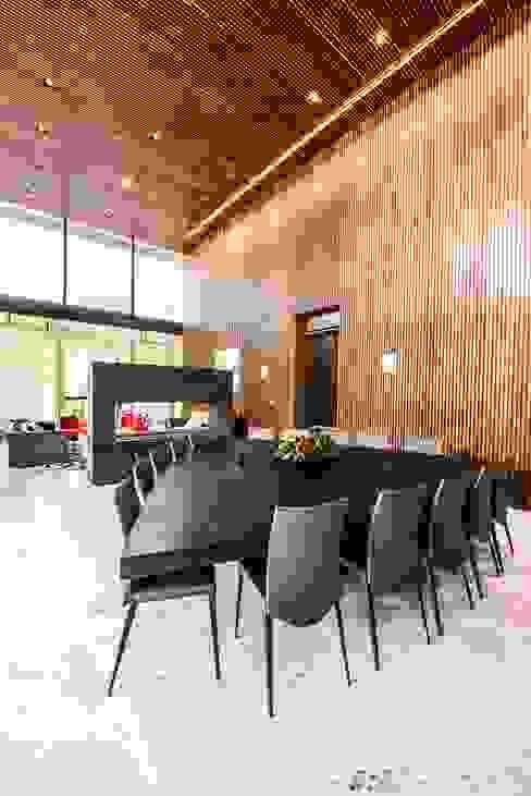 Comedor Comedores de estilo moderno de ARQUITECTUM Moderno Madera Acabado en madera