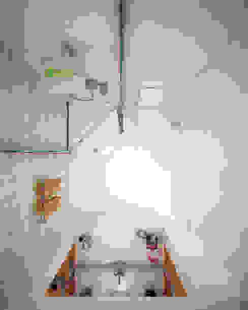 Nhà tắm: hiện đại  by Công ty TNHH Thiết kế và Ứng dụng QBEST, Hiện đại