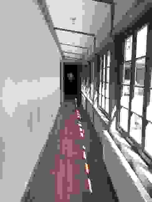 Rustykalny korytarz, przedpokój i schody od RENOarq Rustykalny Drewno O efekcie drewna