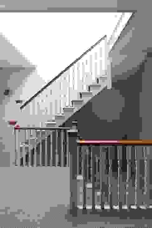 Stairway Minimalist corridor, hallway & stairs by Fraher and Findlay Minimalist