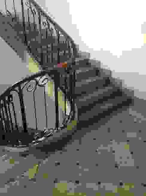 Couloir et hall d'entrée de style  par homify, Classique