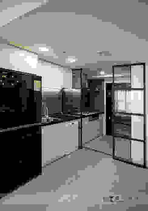 Cocinas de estilo moderno de 寬森空間設計 Moderno Metal
