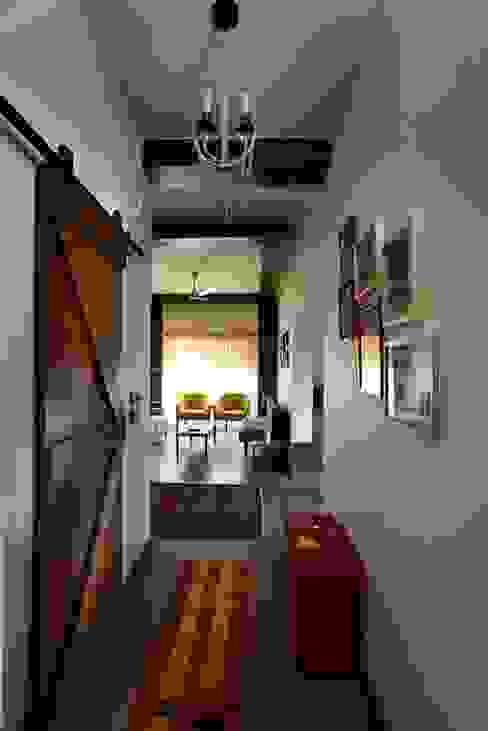 الممر الحديث، المدخل و الدرج من Saka Studio حداثي
