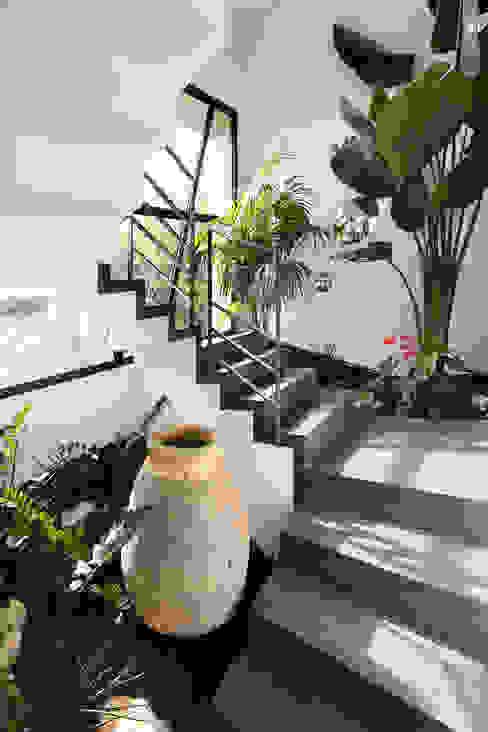 Pasillos, halls y escaleras mediterráneos de Atelier Jean GOUZY Mediterráneo