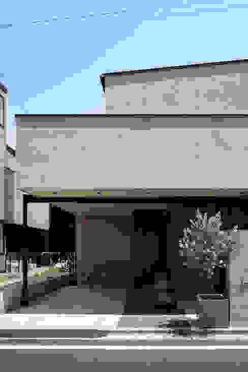 玄関アプローチと駐車場 atelier137 ARCHITECTURAL DESIGN OFFICE モダンスタイルの 玄関&廊下&階段 ブラウン