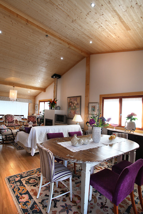 Sala da pranzo in stile rustico di RUSTICASA Rustico Legno massello Variopinto