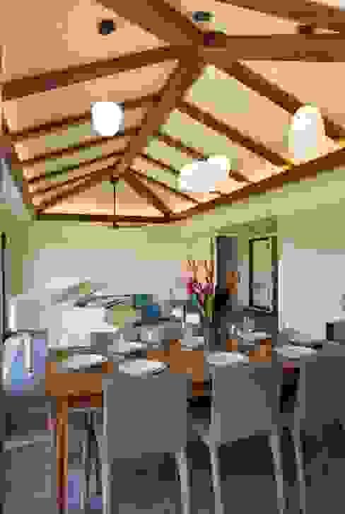 Phòng khách phong cách nhiệt đới bởi LeMaster Architects Nhiệt đới