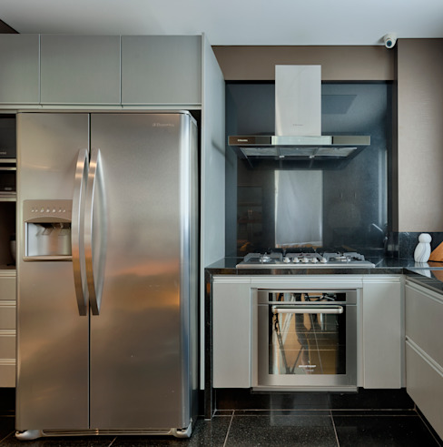 Modern kitchen by Escritório Fabiola Constantino Modern