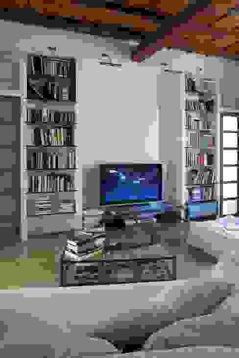 Il Salotto - Angolo Multimediale Orsini Architects Soggiorno in stile mediterraneo