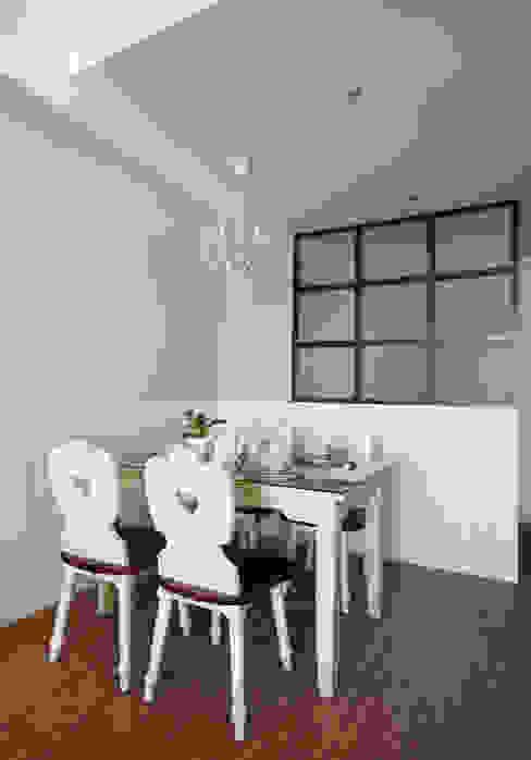 小巧可愛的餐桌充滿家人齊聚用餐的溫馨氣氛:  餐廳 by 弘悅國際室內裝修有限公司