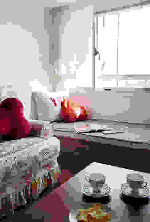 窗邊的隨意空間著實有股慵懶的氣息竄過 Eclectic style living room by 弘悅國際室內裝修有限公司 Eclectic Wood Wood effect