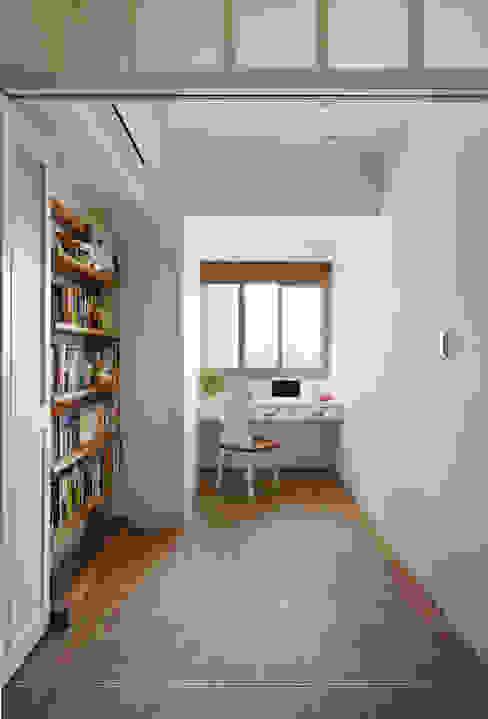 縱使這裡能成為一個獨立的房間也不是寬敞舒服的,作為全家閱讀遊戲的空間又放大了空間的亮度,這樣的交換有意義多了:  書房/辦公室 by 弘悅國際室內裝修有限公司