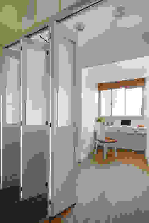 拉上門後也能成為一個獨立安靜的休憩空間,既然整體的空間稍小,那就來個多樣的靈活運用吧:  書房/辦公室 by 弘悅國際室內裝修有限公司