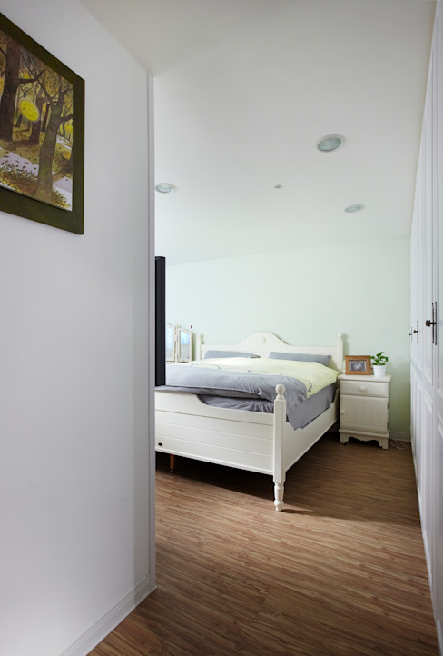 非常簡單的臥室,僅使用顏色與白色傢俱做搭配,既是休憩空間自然要輕鬆寫意:  臥室 by 弘悅國際室內裝修有限公司
