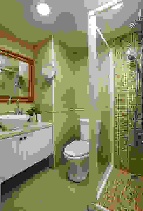 精巧的衛浴空間那就來點豐富花俏的磁磚計畫吧,讓視覺享受一點線條所帶來新鮮感受:  浴室 by 弘悅國際室內裝修有限公司