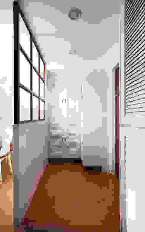 連結居室內外的緩衝也是清爽雅緻,通透的玻璃讓人一入屋內就神清氣爽:  走廊 & 玄關 by 弘悅國際室內裝修有限公司