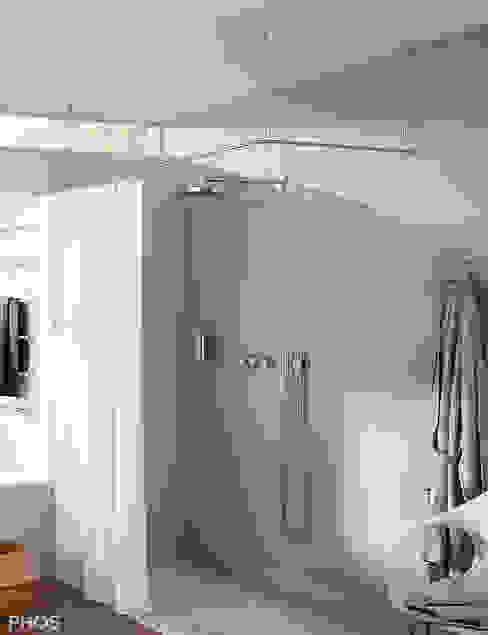 Duschvorhangstange  aus Edelstahl frei hängend (Deckenbefestigung) mit Textil-Duschvorhang : modern  von PHOS  Design GmbH,Modern Eisen/Stahl