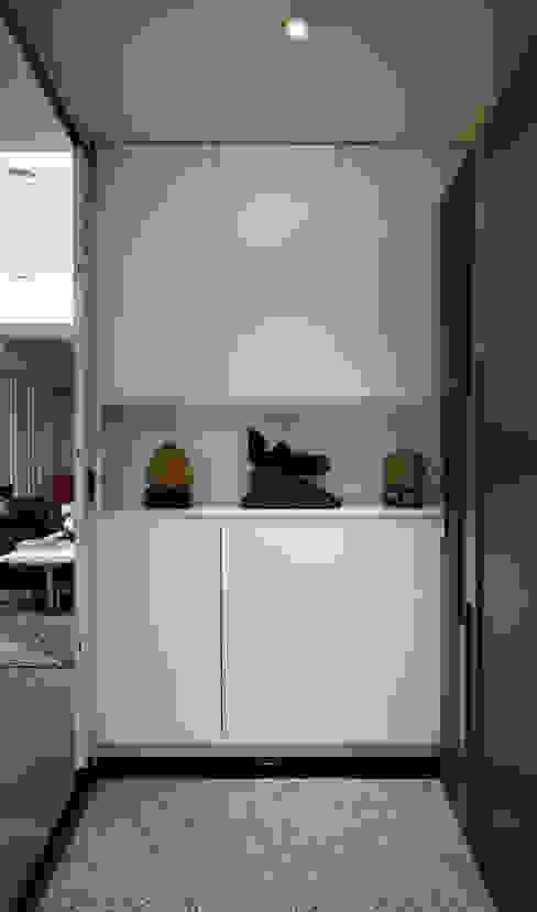 現代純白線條搭配中式擺設,擺設是屋主的最愛 Modern corridor, hallway & stairs by 弘悅國際室內裝修有限公司 Modern MDF