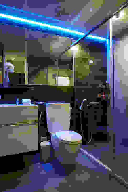 燈光設置的互相變換與加成更能呈現不同的氛圍 現代浴室設計點子、靈感&圖片 根據 弘悅國際室內裝修有限公司 現代風 磁磚